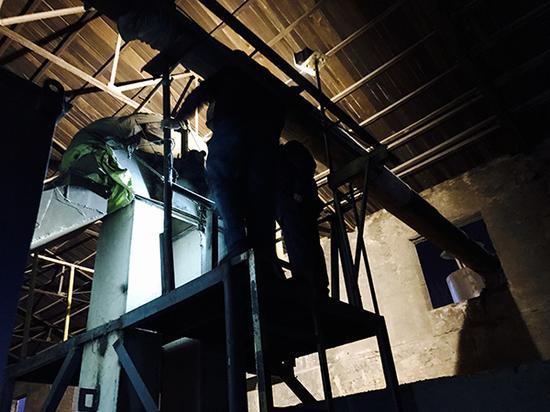 河北省环保厅环境综合执法局执法人员赴宁晋县夜查。 本文图片均为澎湃新闻记者 李�� 图