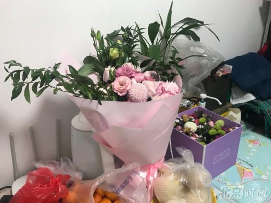 为庆祝乔迁之喜,朋友给王岩送了一束鲜花。 邵铖 摄