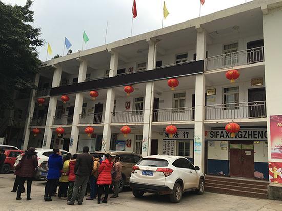保升乡政府办公楼。11月27日,唐坤香从办公楼三楼跳下。本文图片除署名外均为 澎湃新闻记者 王鑫 图