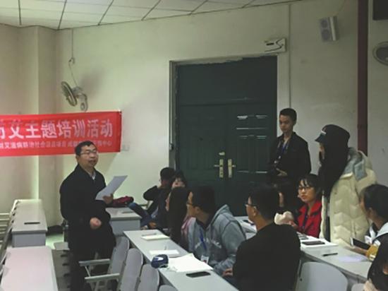 成都恐艾干涉中间心理咨询师张珂(左)在大年夜学进行宣讲。华西都会报 图