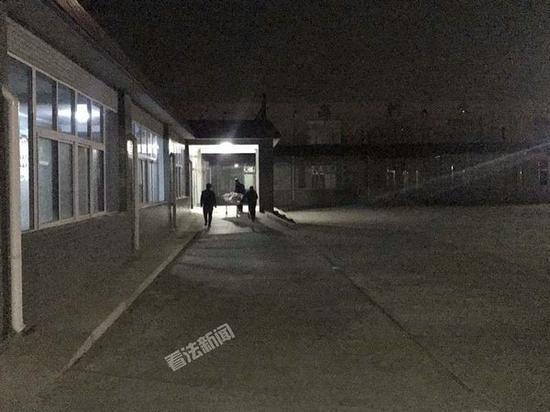 昨晚19时40分,赵勇父亲的尸体检验结束。摄/记者 黑克