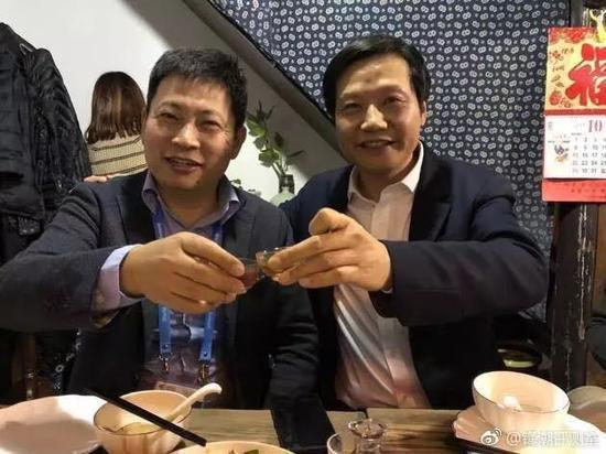 小米创始人雷军和华为消费者BG部门总裁余承东坐下来共饮。