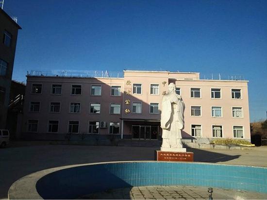 """""""基地""""的教学楼前立着一尊孔子雕像。摄影:俞琴"""
