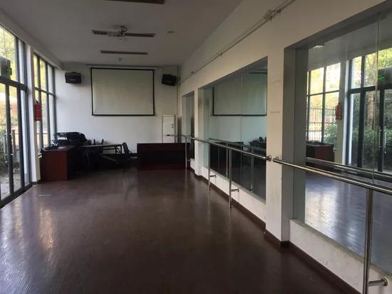 小房子里的舞蹈室