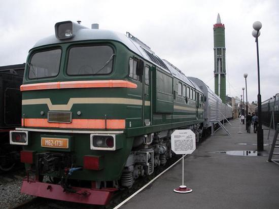 """资料图:RT-23,北约代号SS-24""""手术刀""""(Scalpel),是苏联于在上世纪七十年代末研发,并于1987年正式定型投入服役,是世界上第一种以铁路机动方式部署的陆基洲际弹道导弹,也是世界上第一种以铁道列车作为导弹系统的陆基弹道导弹系统,因此又被称为""""末日列车""""或""""死亡列车""""。"""