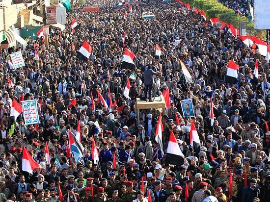 12月5日,胡塞民众在也门首都萨那举行集会,庆祝打死前总统萨利赫。(新华/法新)