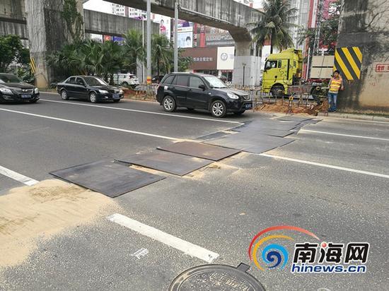 施工路段已替换钢板,车辆通行有序。