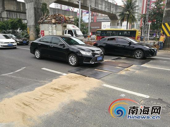 施工路段已替换钢板,车辆通行有序。 本文图片均来自南海网