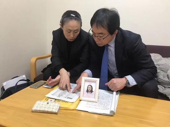 11日上午,江歌妈妈带了女儿的照片,在休息室等候出庭。徐静波供图