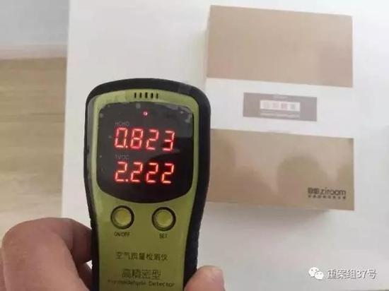 ▲11月18日,中介带领记者看房,当记者手里的空气质量检测仪靠近一桌子时,检测仪显示的甲醛指数是0.823,超过0.1~0.3是超标,超过0.3即为严重超标。新京报记者 大路 摄