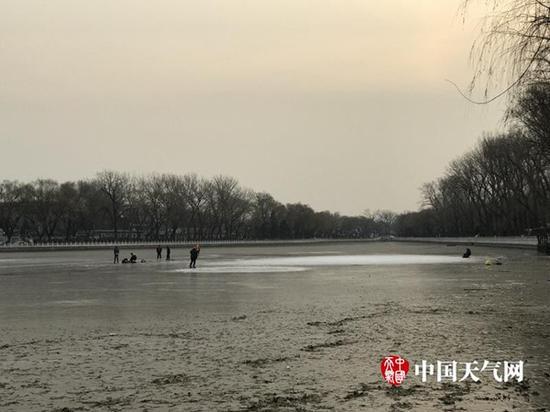 图为什刹海冰场已有人滑野冰。冰场没有营业,冰上走很是危害。(图/9587悦跑团 枚卷)