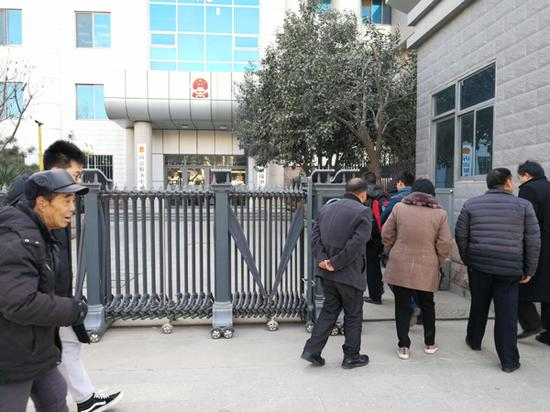 2017年12月18日,李艳艳一案在聊城市中院审理。开庭前,被害人家属走入法庭。 本文图片均为澎湃新闻记者 朱远祥 图(除署名外)
