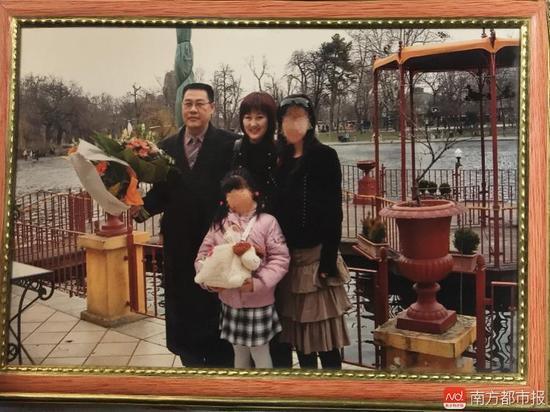 回国之前的张津华和王焕凯,两个可爱的女儿,一家四口曾经幸福的生活。