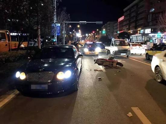 男子撞400万豪车后称只赔一千 车主做法让人意外