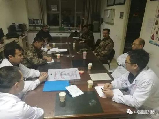 医生向家属和部队反馈病情 图片来源:中国国防报