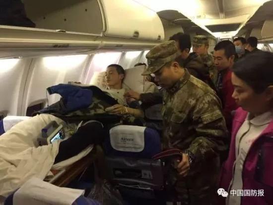 飞往乌鲁木齐的飞机上,随行医生在观察陈石病情 图片来源:中国国防报