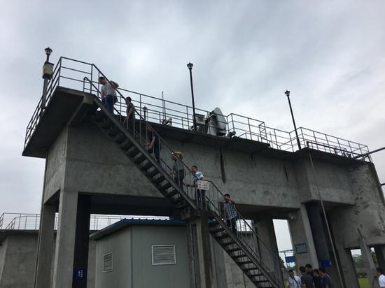 8月24日,督察人员在邛崃市第三污水处理厂现场检查。