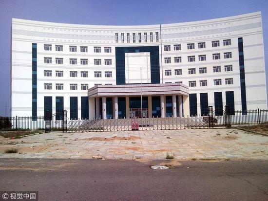 """2010年9月4日,内蒙古呼跟浩特市净水河县,财力只有3000多万元的贫苦县,却打算斥资60多亿元建新城。一场历时十年的造新城活动,成果是留下了一堆""""烂尾楼"""",构成""""半拉子""""新城。 图/视觉中国"""