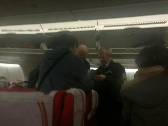 布拉格警察登上飞机盘查嫌疑男子 北京晚报 图