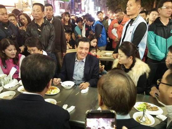 马英九跨年夜到六合夜巿吃海产粥。本文图均为台湾《中时电子报》 图