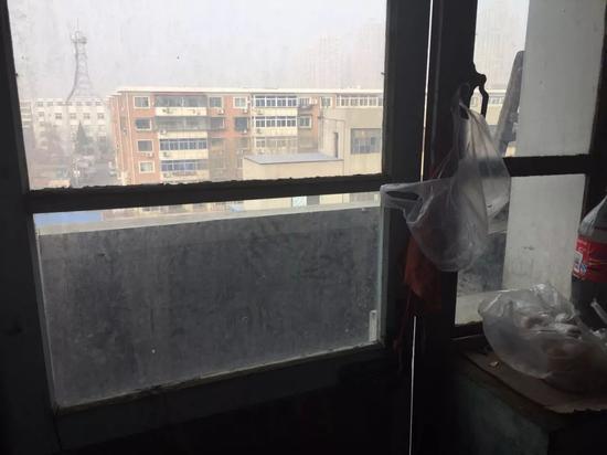 张文成多次想跳下去的阳台。新京报记者陶若谷 摄