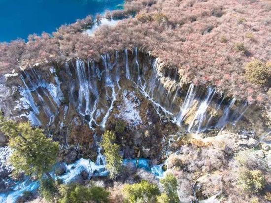 ▲诺日朗瀑布。作为九寨沟景区的标志性景点,瀑布受地震影响较大,水面宽度有所减少。(图自新华社)
