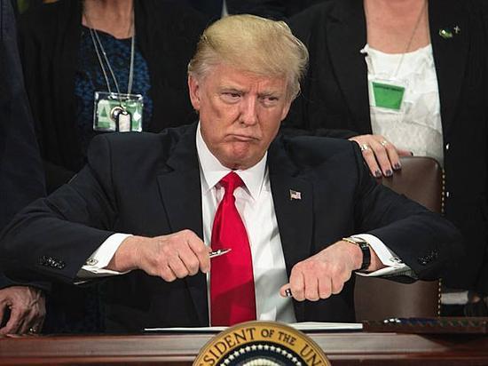 2017年1月25日,华盛顿国土安全部,美国总统特朗普签署行政令,启动美墨边境隔离墙建设计划。(新华/法新)