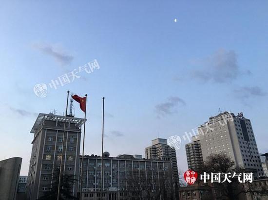 今晨,北京天空云量较少,风力逐渐加大。
