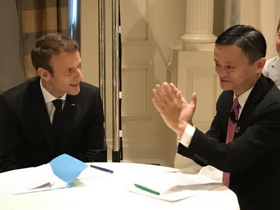 而在2017年9月,成为总统的马克龙与马云在纽约彭博全球商业论坛上畅聊,给阿里巴巴点赞,并带着更多的法国品牌入驻了天猫商城。