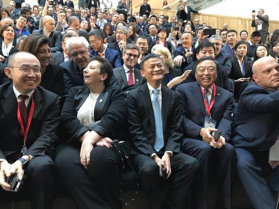 马云的座位被安排在一众法国高级官员之间。