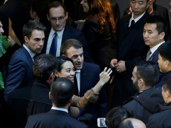 马克龙与中国民众合影。