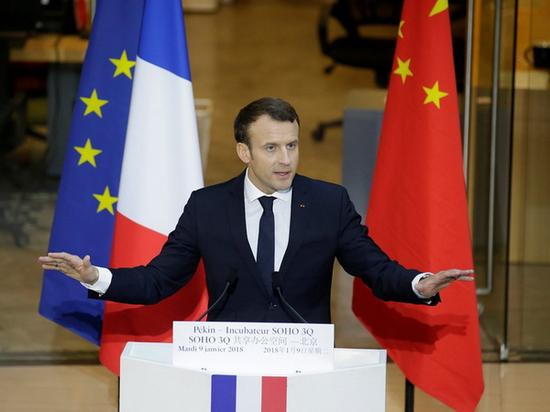 北京时间2018年1月9日,法国总统马克龙(Emmanuel Macron)在访华期间与中国企业家小范围会面,马云作为中国企业家俱乐部的主席,将领衔一众中国企业家与马克龙畅聊。图为马克龙在北京SOHO 3Q向中法企业家发表演讲。