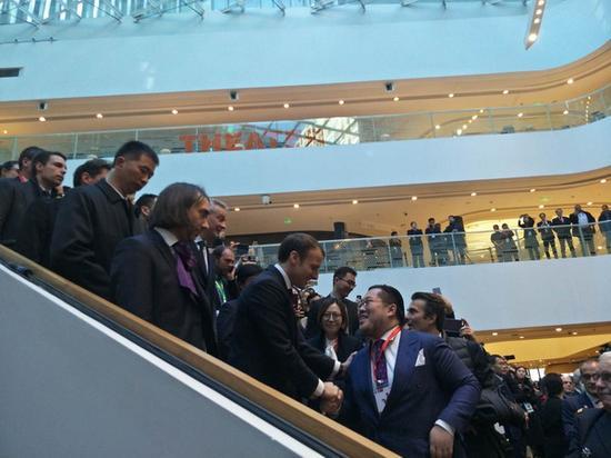 马克龙与中国企业家与握手。