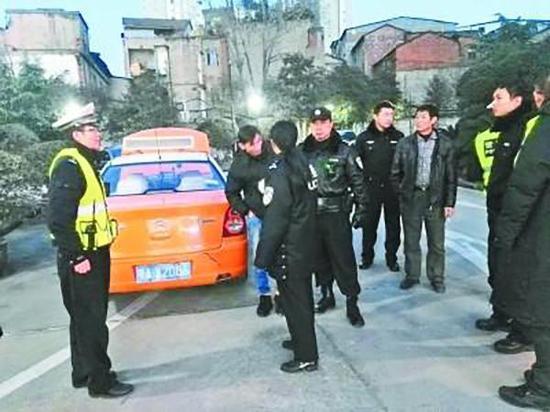 套牌出租车被查获。武汉晚报 图