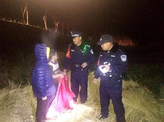 因作业未完成而感到压力大,逃学迷路夜宿稻草堆后被民警找到。
