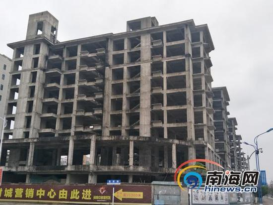 位于屯昌县环东一路与昌源路交叉口处,3号地(13499.37平方米)上烂尾的7栋框架楼。 王全印 图