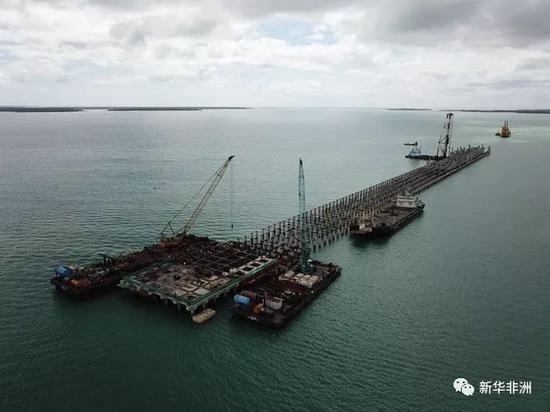 2017年7月30日拍摄的中国交通建设股份有限公司(中国交建)承建的肯尼亚拉姆港施工现场。新华社记者 陈诚摄