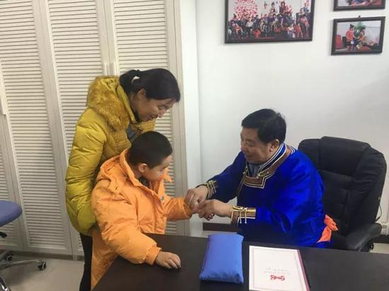 2017年12月12日,王布和在康复中心为脑瘫患儿义诊。新华社记者 陶虹 摄