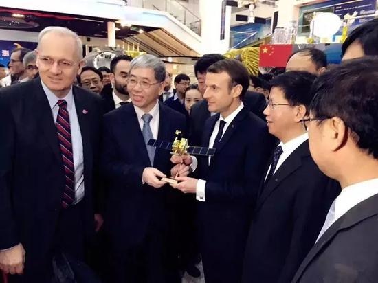 ▲1月10日上午,马克龙到访中国空间技术研究院,获赠中法海洋卫星模型。