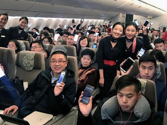 ▲1月18日,旅客在东航某航班上展示接入航空互联网后的手机页面。 图/新华社