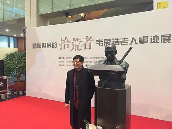 铜像构思创造者朱炳仁与铜像合影 本文图均为 杭州市城市品牌促进会 图