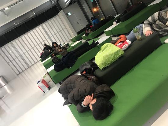 图为中国旅客滞留日本机场