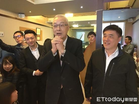 """国民党主席吴敦义(中)。(图片来源:台湾""""东森新闻云"""")"""