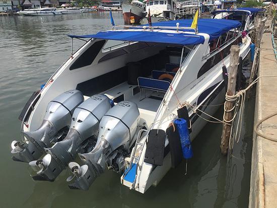 和出事快艇构造相似的快艇,三个发动机。澎湃新闻记者 于亚妮 图