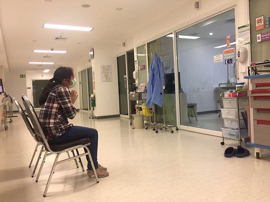 徐欣母亲在ICU病房前为女儿祈祷。澎湃新闻记者 于亚妮 图