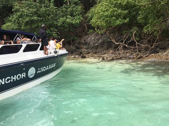 皮皮岛一日游路线,游客们在快艇甲板上拍照。澎湃新闻记者 于亚妮 图