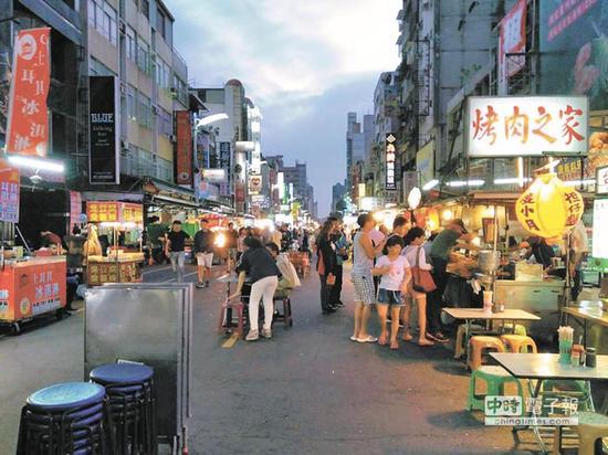 高雄六合夜��因为大陆游客减少,人潮比以往差很多。(图片来源:台湾《中时电子报》)