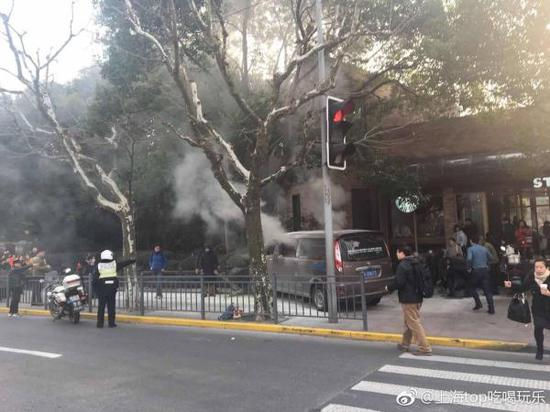 上海人民公园门口,一辆着火面包车撞上人行道。 图片来自网友