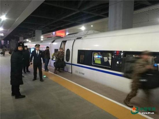 军代表用手机记录下的新战士登车场景。 中国军网 图