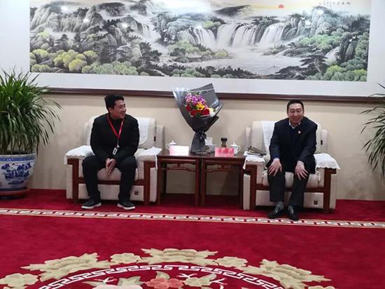 临猗县委书记于鹏飞和李朋璇交谈